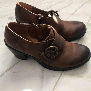 B.O.C. Heeled Leather Shoe w/ Side Buckle